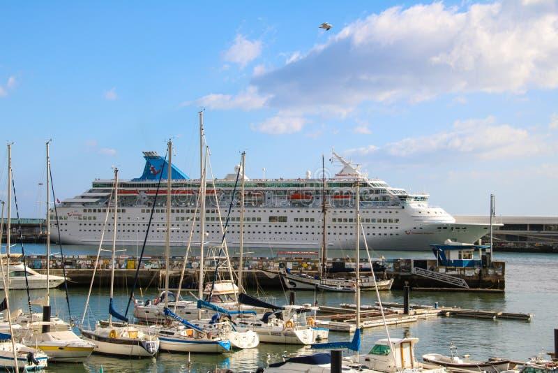 Schöne Schiffe und Kreuzfahrtschiffe stockbild