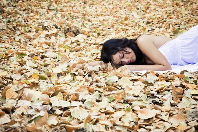 Schöne schlafende Frau stockfoto