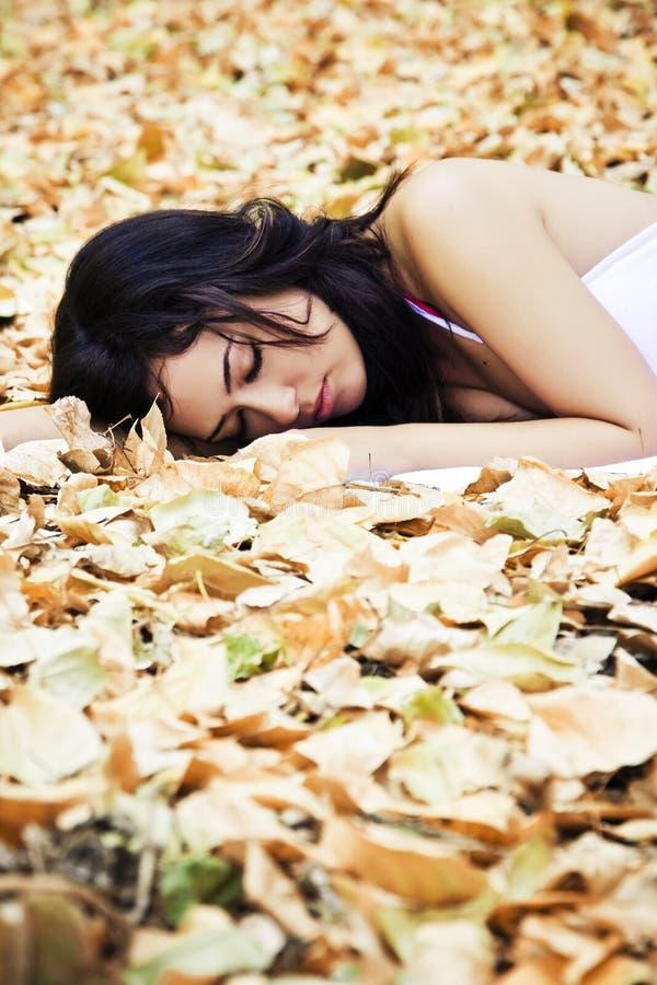 Schöne schlafende Frau lizenzfreie stockfotos
