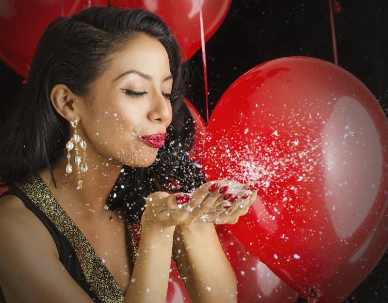 Schöne Schlagkonfettis der jungen Frau lizenzfreie stockfotografie