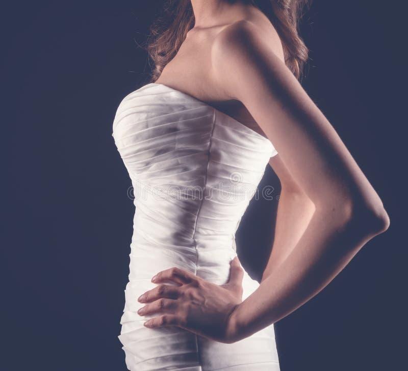 Schöne schlanke junge Frau in der weißer Korsetthochzeit oder -abend lizenzfreie stockbilder