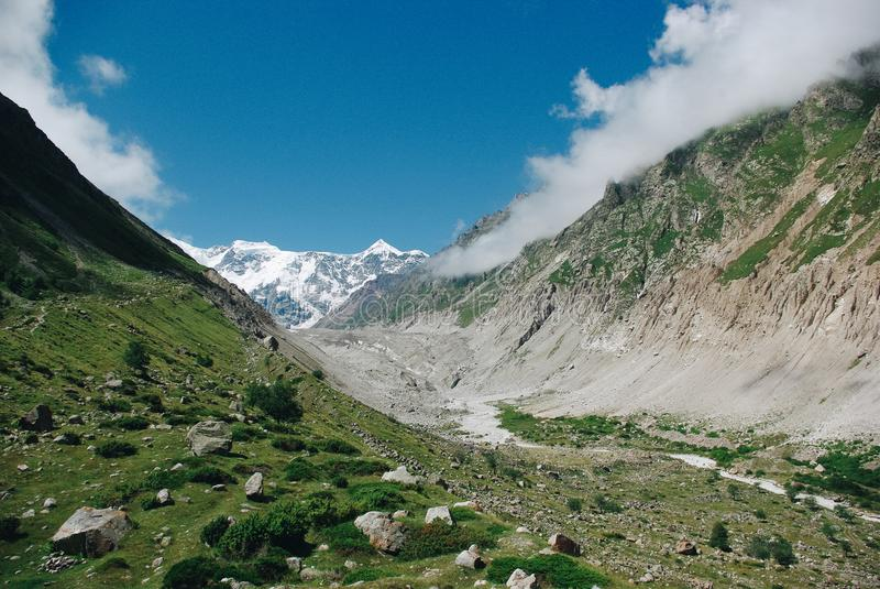 schöne Schlucht in der grünen Gebirgsregion, Russische Föderation, Kaukasus, stockbilder