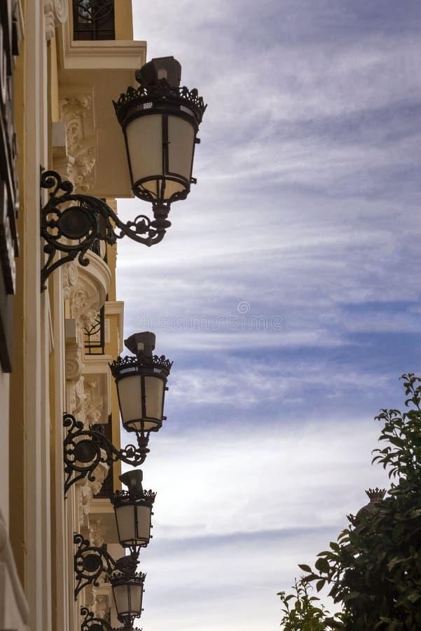 Schöne SchmiedeeisenStraßenlaternen Altes Haus auf der Straße der spanischen Stadt von Ronda Fr?her Morgen stockfoto