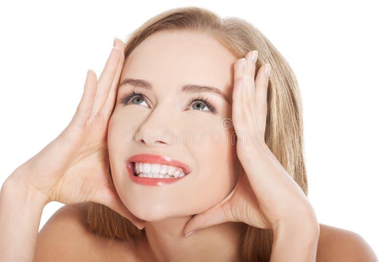 Schöne schulterfreie kaukasische Frau mit frischer sauberer Haut lizenzfreie stockfotos