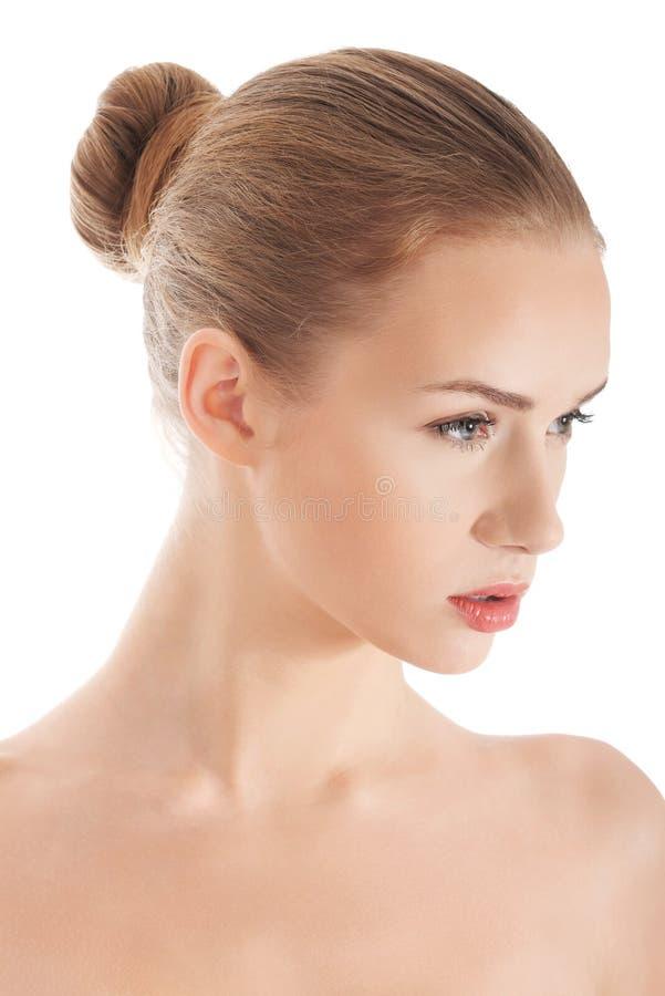 Schöne schulterfreie kaukasische Frau mit frischer sauberer Haut lizenzfreies stockfoto