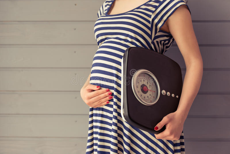Schöne schwangere Frau stockbild