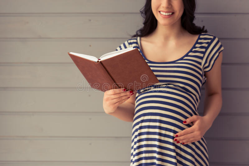 Schöne schwangere Frau stockfotos
