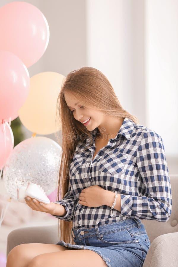 Schöne schwangere Frau an der Babypartypartei lizenzfreies stockbild
