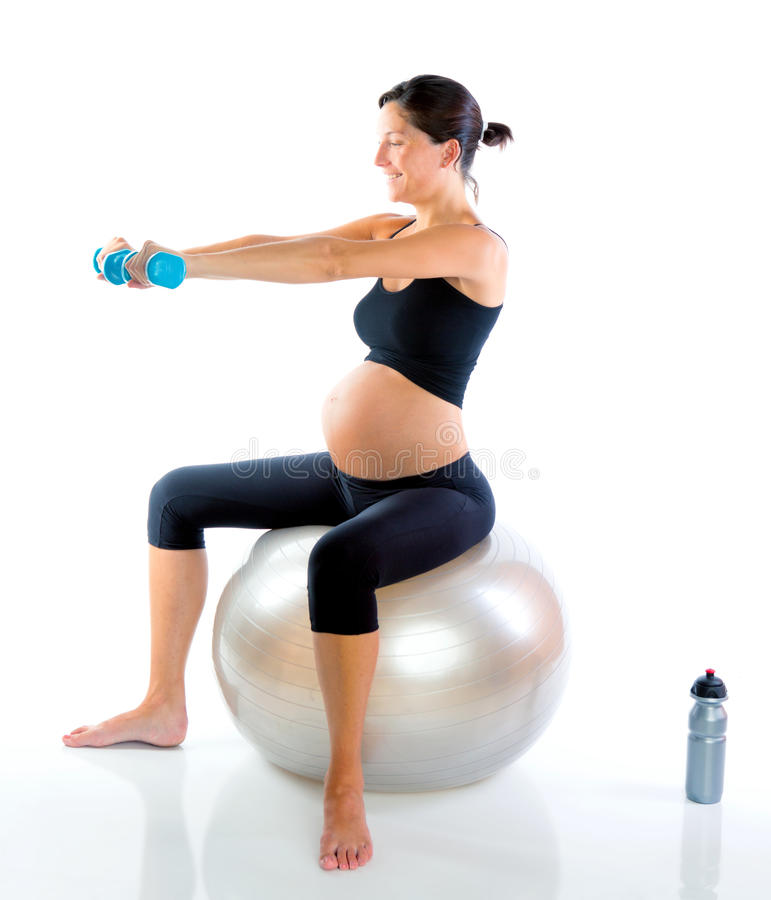 Schöne schwangere Frau an der Eignunggymnastik stockfoto