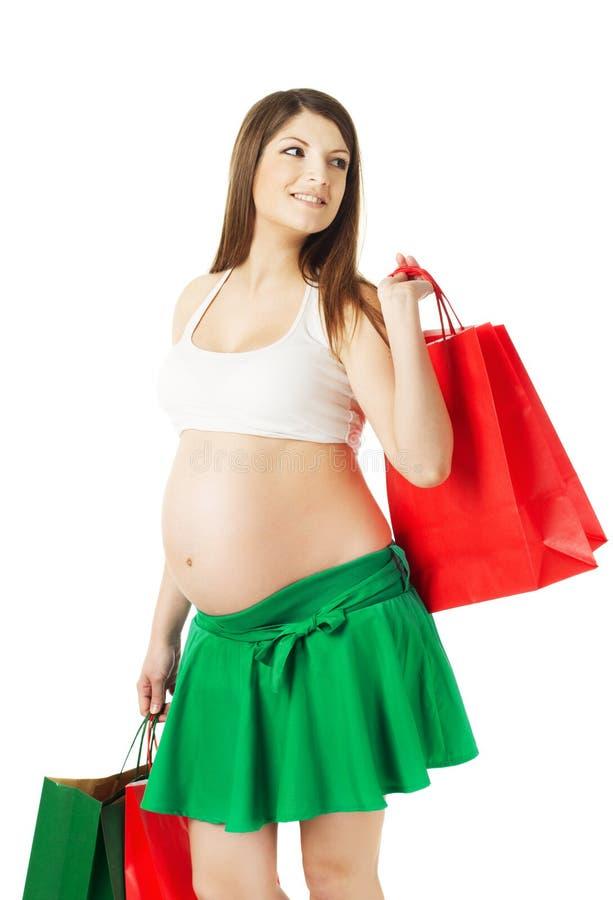 Schöne schwangere Frau mit Einkaufstaschen stockfotografie