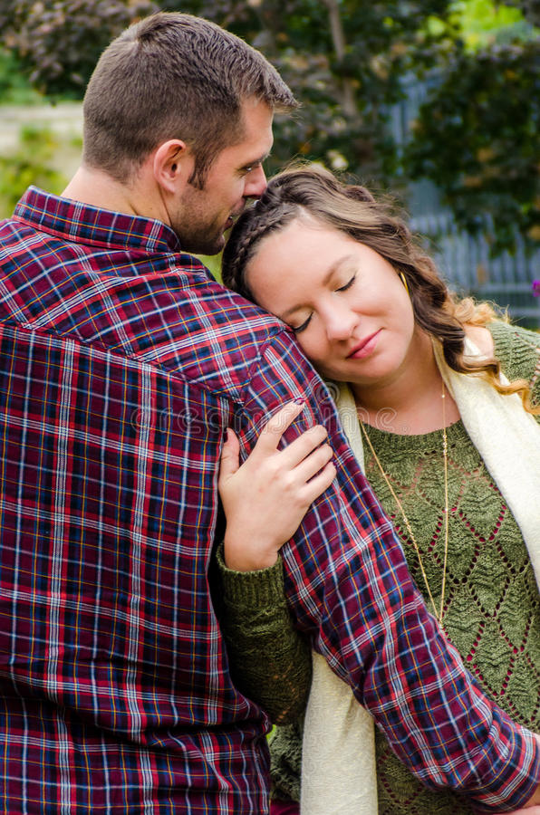 Schöne schwangere Paare lizenzfreies stockbild