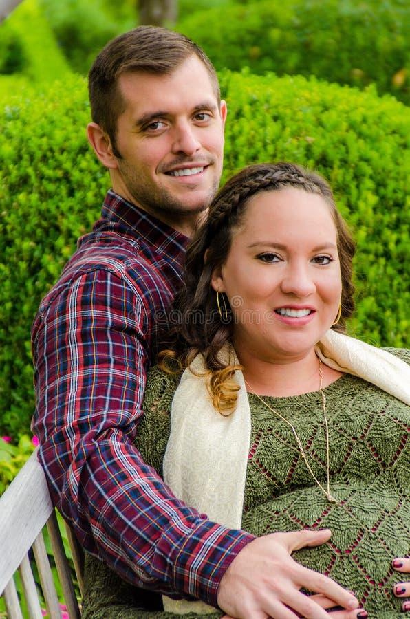 Schöne schwangere Paare stockbild