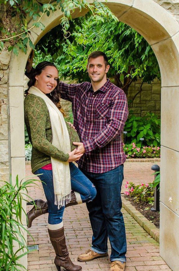 Schöne schwangere Paare lizenzfreie stockbilder