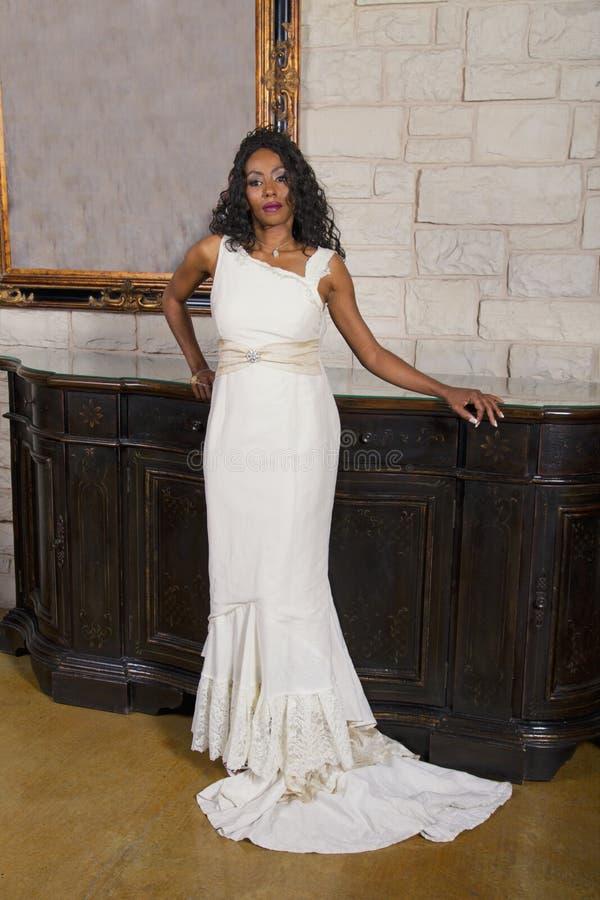 Schöne Schwarze Braut Im Hochzeits-Kleid Stockfoto - Bild von nett ...