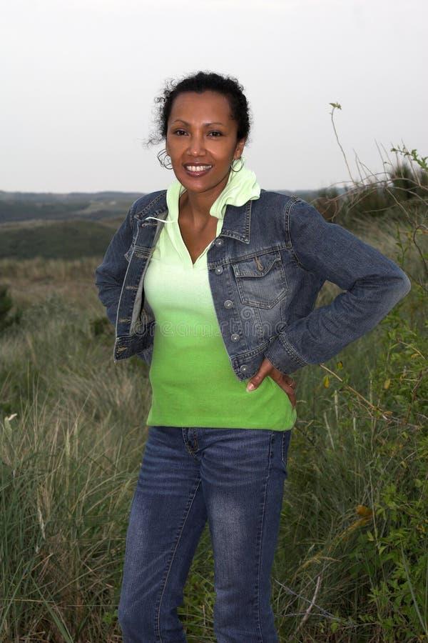 Schöne schwarze Frau in den Dünen stockbild