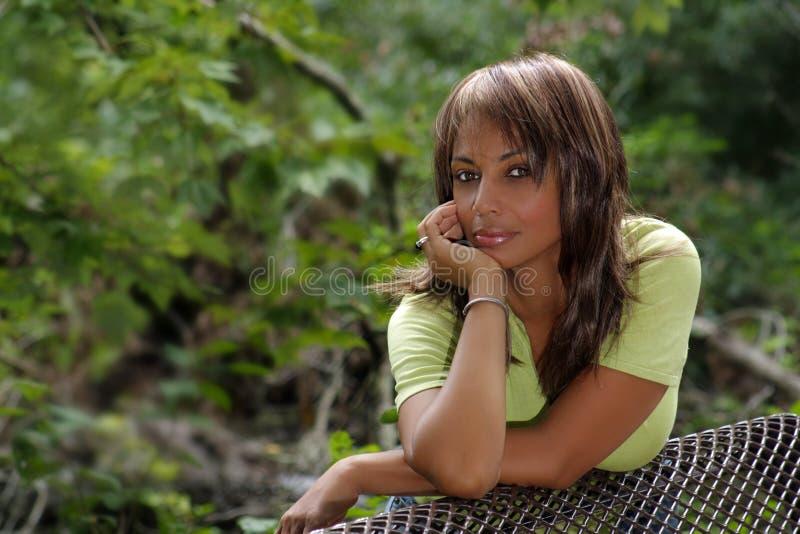 Schöne schwarze Frau draußen (3) stockfotografie