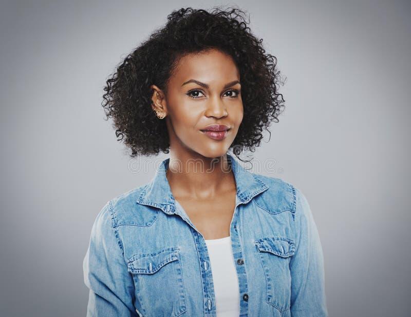 Schöne schwarze Frau mit blauem Baumwollstoffhemd lizenzfreie stockfotografie