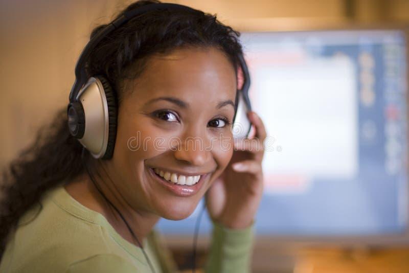 Schöne schwarze Frau mit Kopfhörern lizenzfreie stockbilder