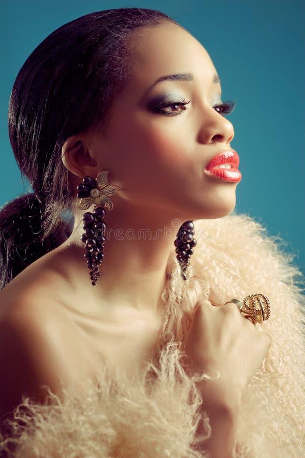 Schöne schwarze Frau mit Retro- Artblick lizenzfreie stockbilder