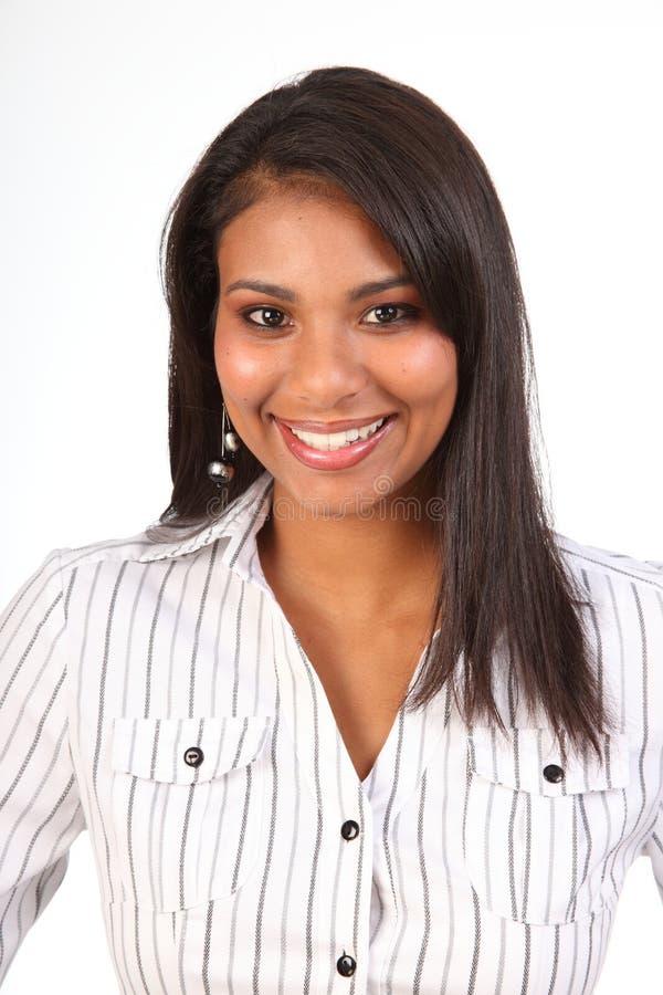 Schöne schwarze lächelnde weibliche Geschäftsfrau lizenzfreie stockfotografie