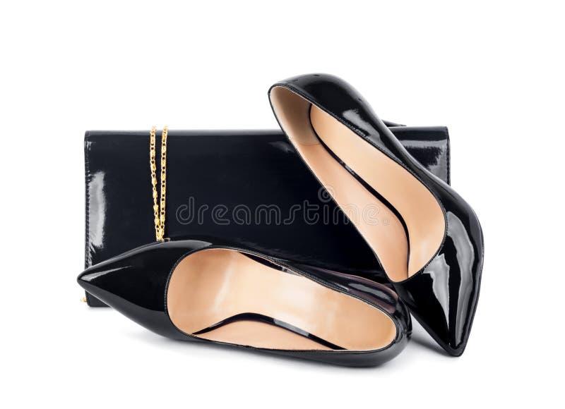 Schöne schwarze Schuhe mit Kupplungen lizenzfreie stockfotografie