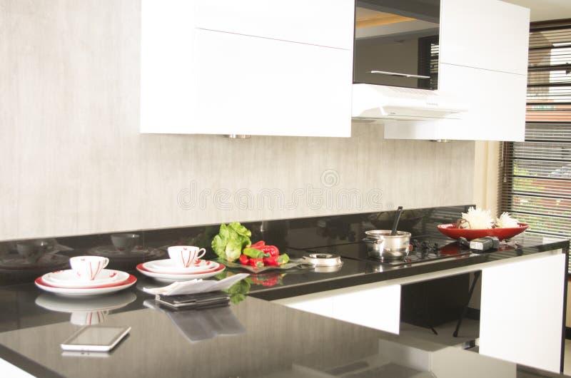 Schöne Schwarzweiss-Küche stockfotos