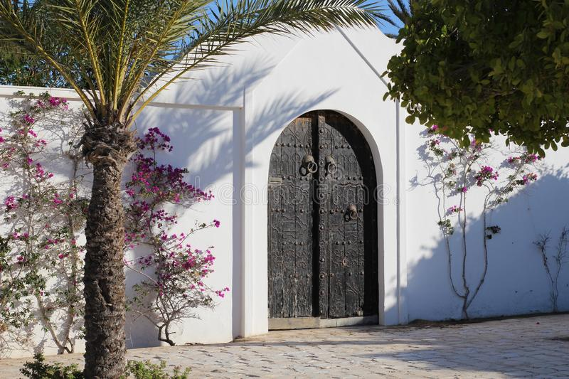 Schöne Schwermetalltür Große doppelte Tür stockfotografie
