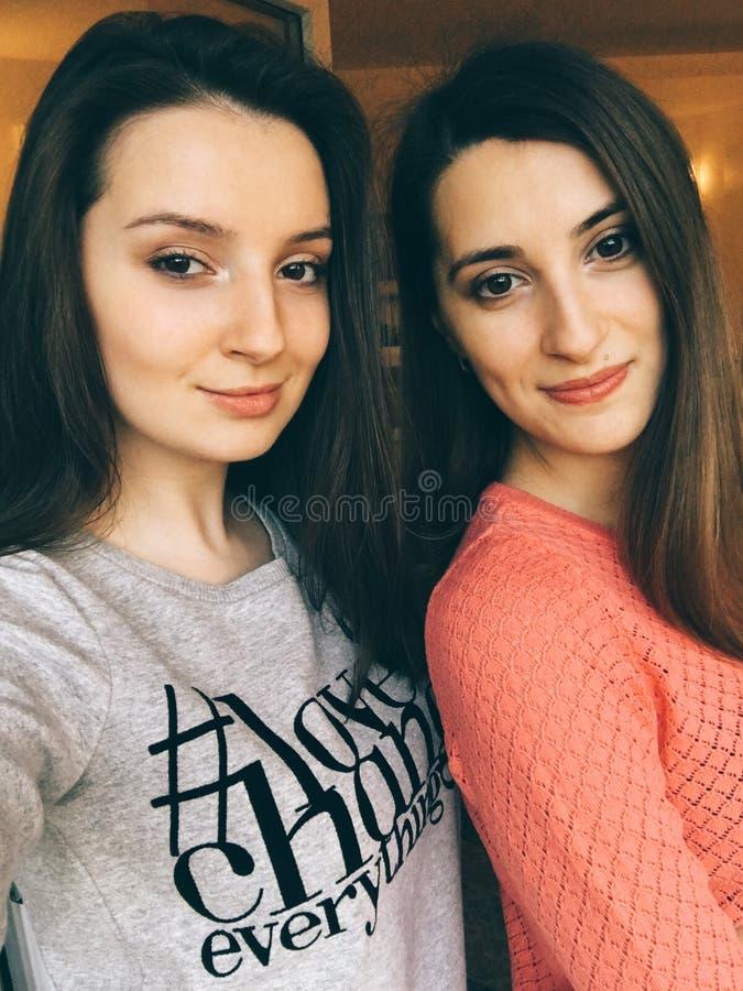 Schöne Schwestern, die ein Selfie nehmen stockfoto