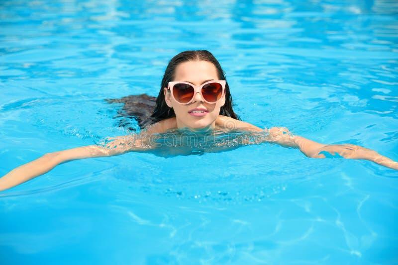 Schöne Schwimmen der jungen Frau lizenzfreie stockfotografie