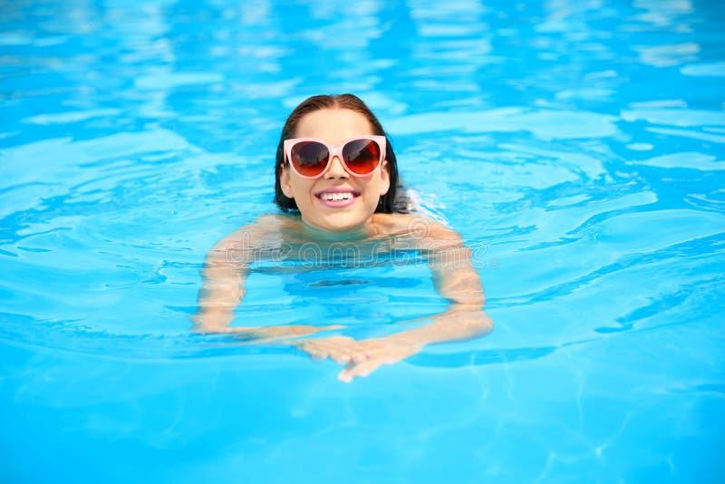 Schöne Schwimmen der jungen Frau stockfoto