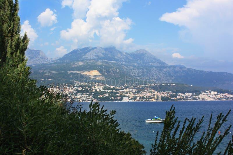 Schöne Seeansicht in Montenegro lizenzfreie stockfotos