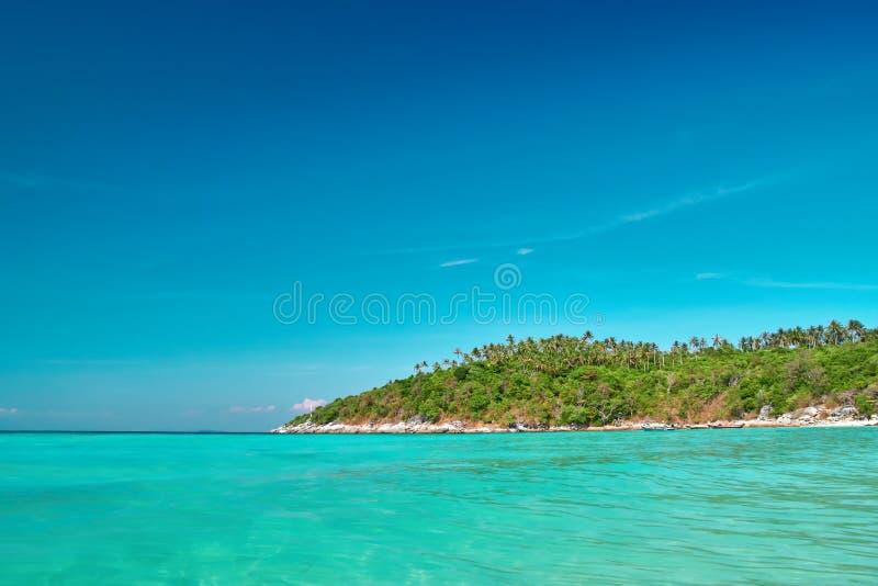 Schöne Seelandschaft Klares Wasser des Türkises, blauer Himmel, tropische Paradiesinsel Für Hintergrund Anzeige, Zeitschrift lizenzfreies stockfoto