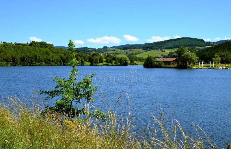 Schöne Seelandschaft mit noch Wasser, Frankreich stockfoto