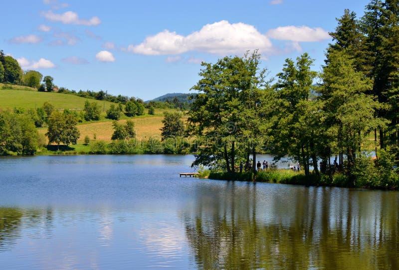 Schöne Seelandschaft mit noch Wasser, Frankreich lizenzfreie stockfotografie
