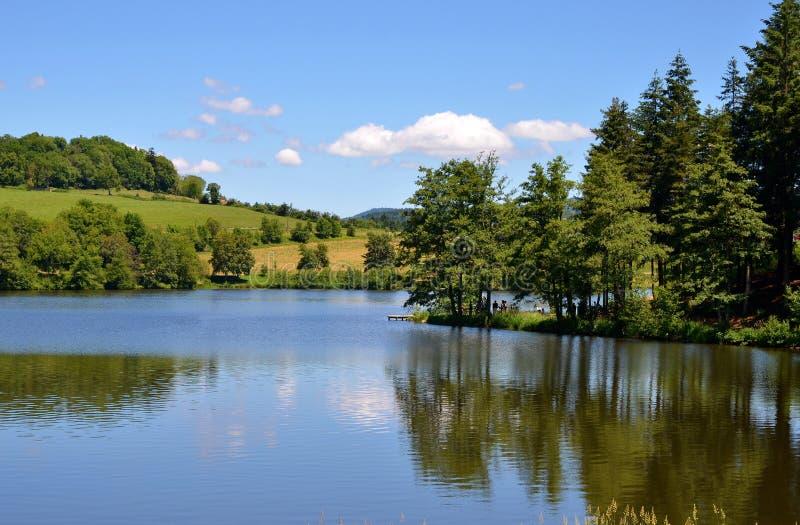 Schöne Seelandschaft mit noch Wasser, Frankreich stockbilder