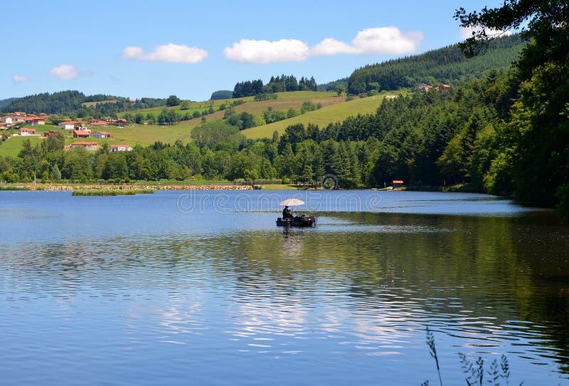 Schöne Seelandschaft mit noch Wasser, Frankreich lizenzfreies stockbild