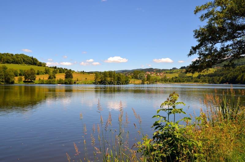 Schöne Seelandschaft mit noch Wasser, Frankreich lizenzfreies stockfoto