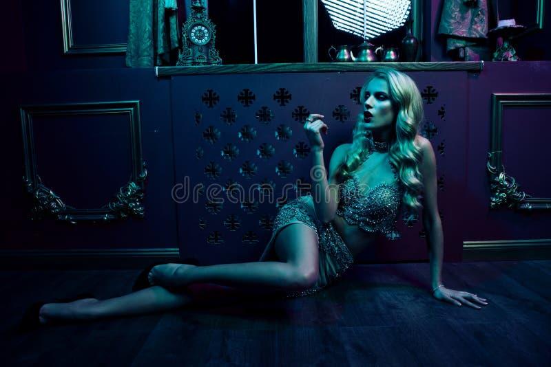 Schöne sexy Blondine auf violettem Hintergrund, Partei lizenzfreies stockfoto