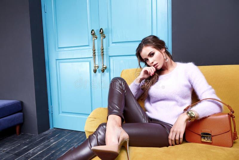 Schöne sexy Damenfrühlings-Herbstkollektionsmode kleidet für stockfotografie