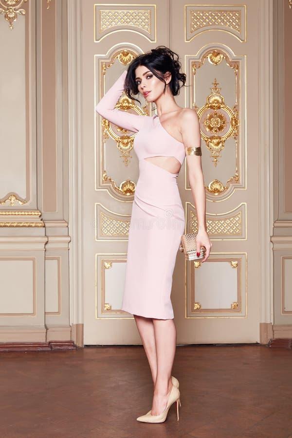 Schöne sexy Frau in der elegantes Kleidermodernen Herbstkollektion Frühling langem Brunette-Haarmake-up bräunte dünne Körperzahl  stockfotos