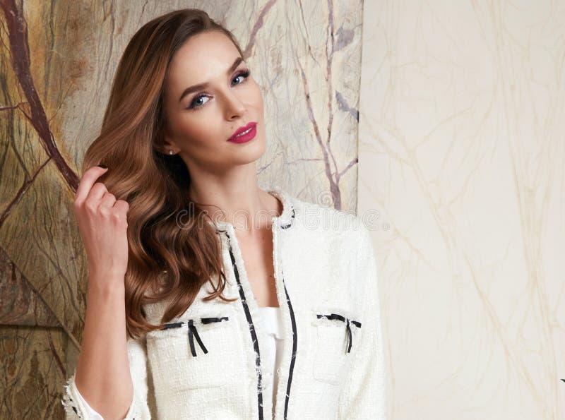 Schöne sexy Frau im Geschäft kleidet Sommerkollektion stockbilder