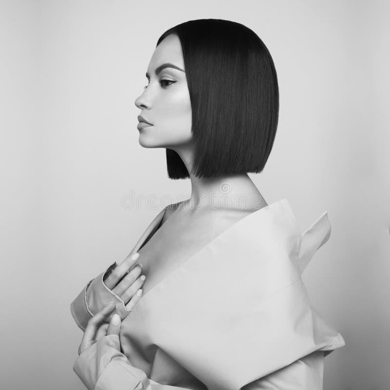 Schöne sexy Frau im weißen Herbstmantel Mode Art Portrait stockbild