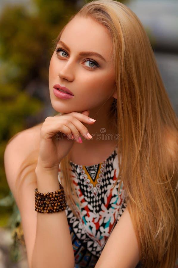 Schöne sexy Frau mit der Aufstellung des blonden Haares im Freien Art- und Weisemädchen-Portrait lizenzfreies stockbild