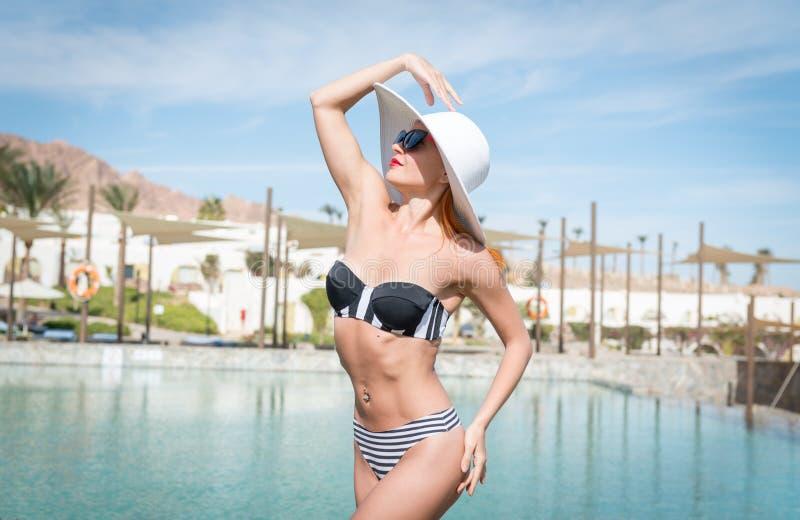 Schöne sexy Frau nahe Pool lizenzfreies stockbild