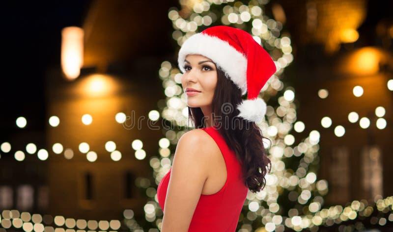 Schöne sexy Frau in Sankt-Hut am Weihnachten stockfotografie