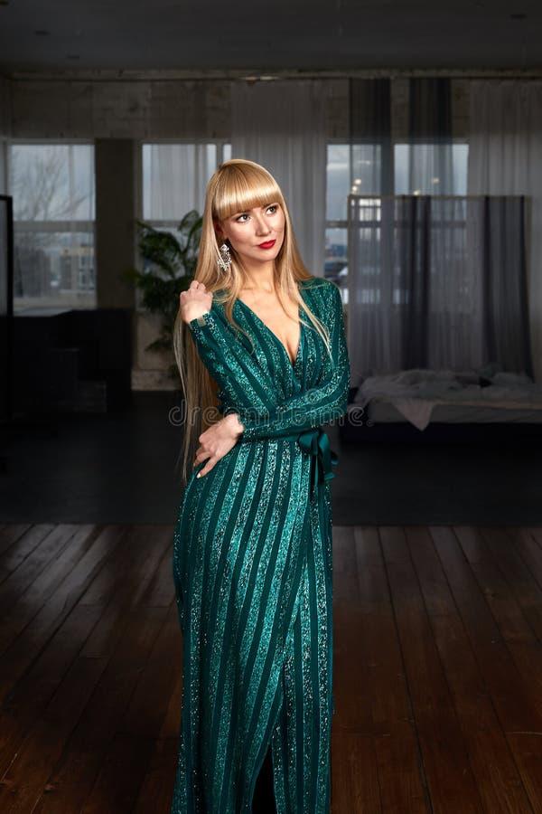 Schöne Mode Brunettefrau Im Eleganten Kleid Mit Langem ...