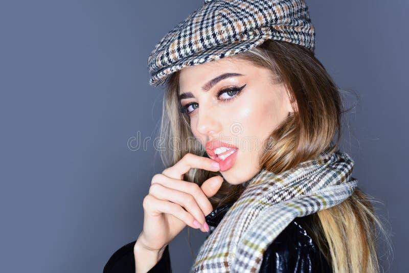 Schöne sexy Geschäftsfrau mit dem blonden Haar und tragendem Geschäft des Makes-up kleidet für Herbstherbstkollektion lizenzfreie stockbilder