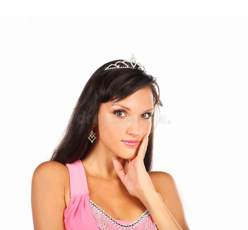 Schöne sexy junge Brunettefrau mit Prinzessinkrone Porträt eines hübschen Mode-Modells, das am Studio aufwirft stockfoto
