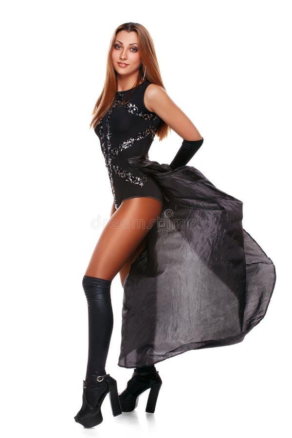 Schöne sexy junge Frau in einem schwarzen Rock, schwarze Stiefel, ein in voller Länge Art und Weisemädchen Lokalisiert auf Weiß lizenzfreies stockbild