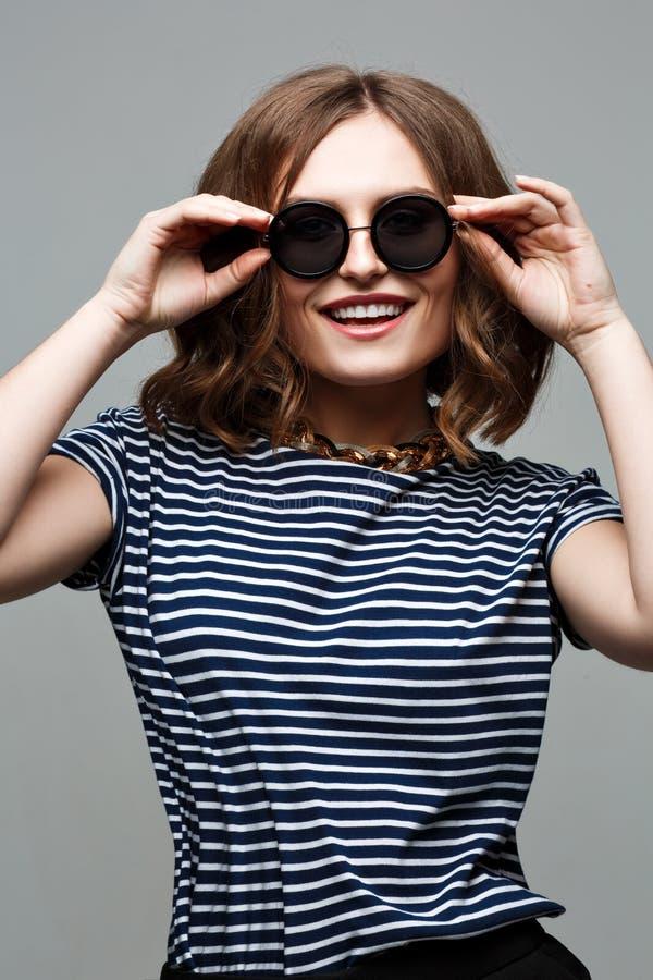 Schöne sexy junge Frau große runde Sonnenbrille, glättend bildet lizenzfreie stockfotografie